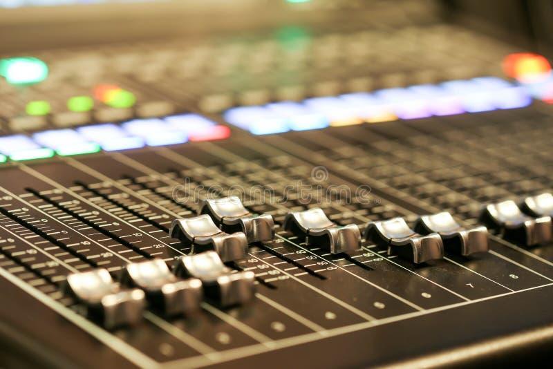 Materiaal voor correcte mixercontrole in de post van studiotv, Audioa stock fotografie