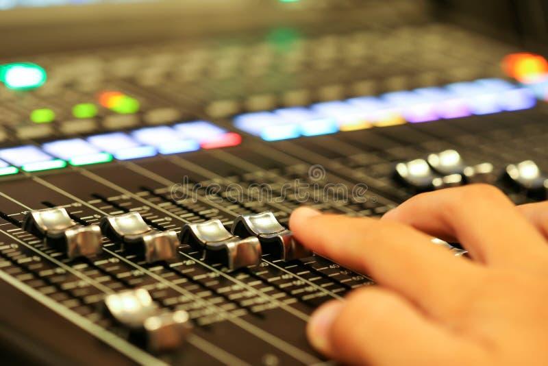 Materiaal voor correcte mixercontrole in de post van studiotv, Audioa royalty-vrije stock afbeelding