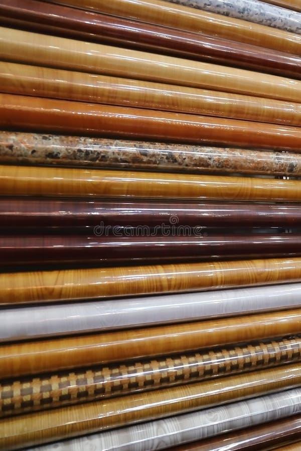 Materiaal voor decor Zelfklevende film met verschillende ontwerpen in broodjes op het winkelvenster voor verkoop royalty-vrije stock foto