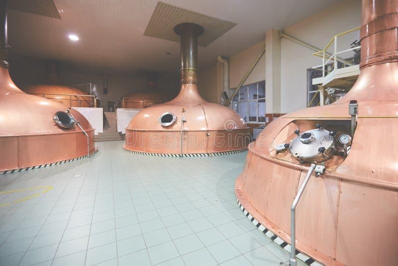 Materiaal voor voorbereiding van bier Lijnen van kuipertanks in brouwerij Manufacturableproces van brewage Wijze van bier stock foto