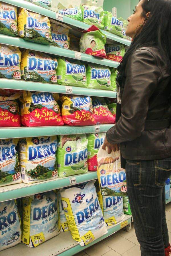 Materiais de detergente para a roupa em um supermercado fotografia de stock