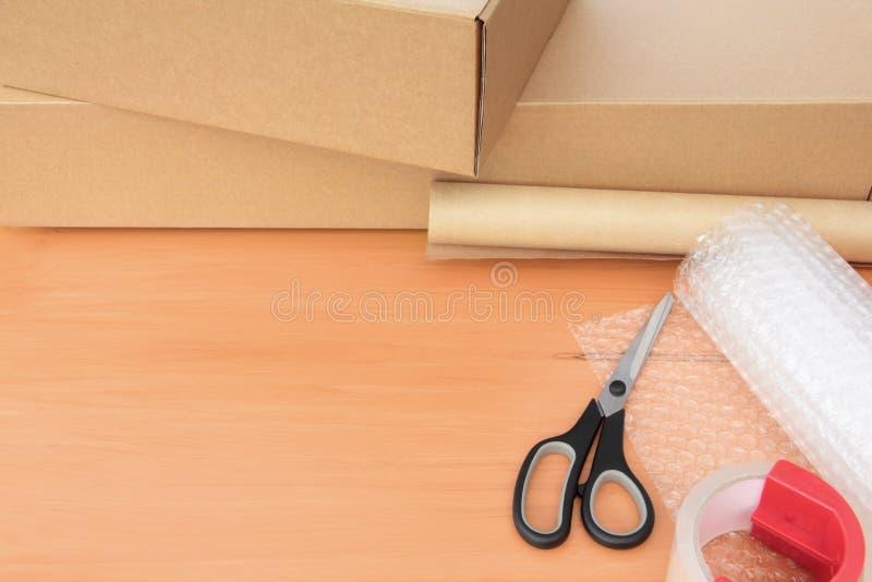 Materiais de empacotamento com caixas e espaço da cópia fotografia de stock royalty free