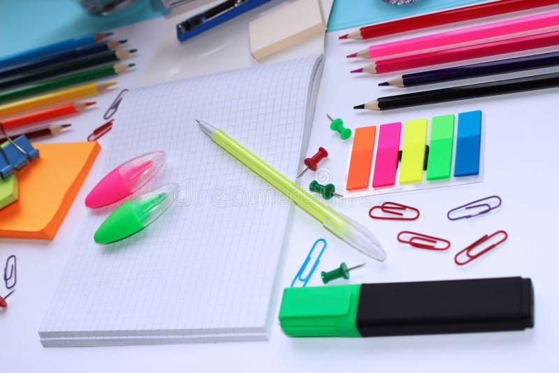 Materiais de escritório em cores diferentes Tudo para o escritório e a escola foto de stock royalty free