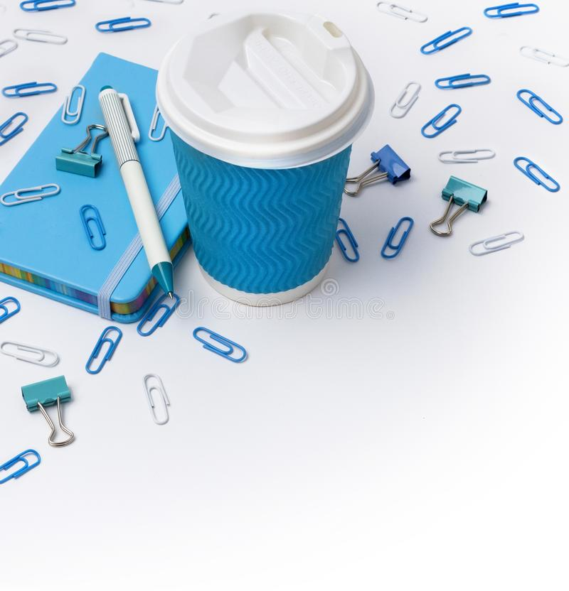 Materiais de escrit?rio azuis Copo, pena de papel e blocos de notas de caf? isolados no fundo branco foto de stock royalty free
