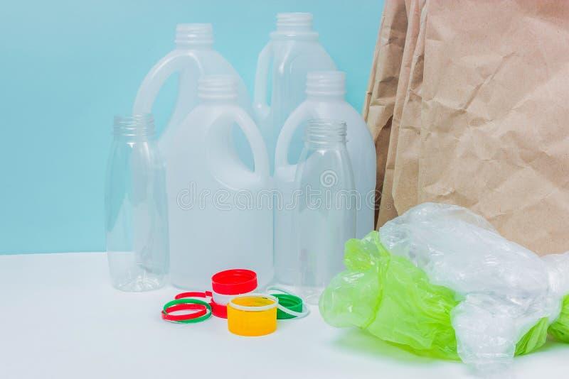 Materiais recicláveis no fundo azul fotos de stock royalty free