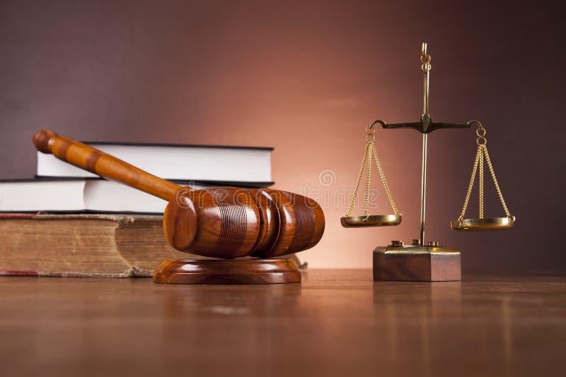 Material da lei e da justiça na tabela de madeira, fundo escuro imagens de stock