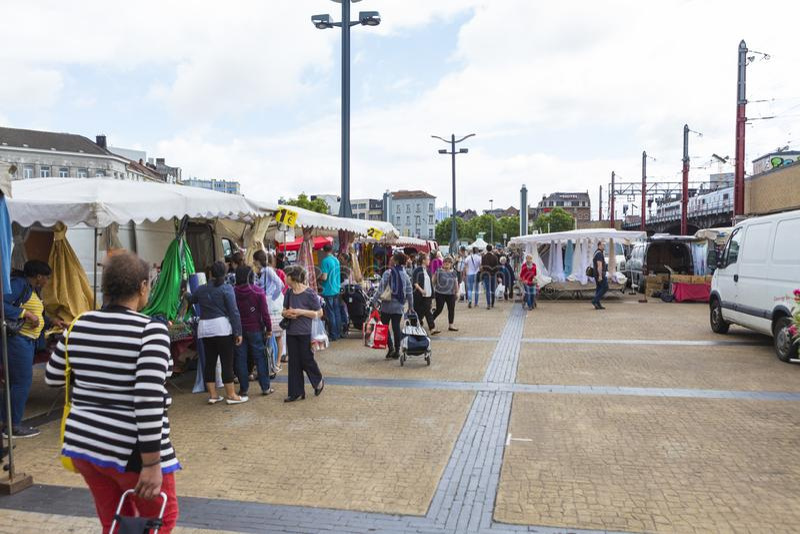 Material de compra dos povos da feira da ladra ambulante de Bruges fotos de stock royalty free