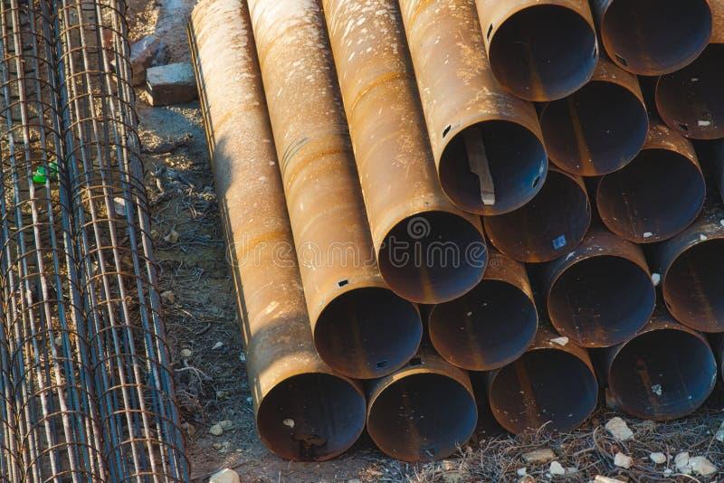 Material de construção industrial - tubulações empilhadas em uma pirâmide fotos de stock