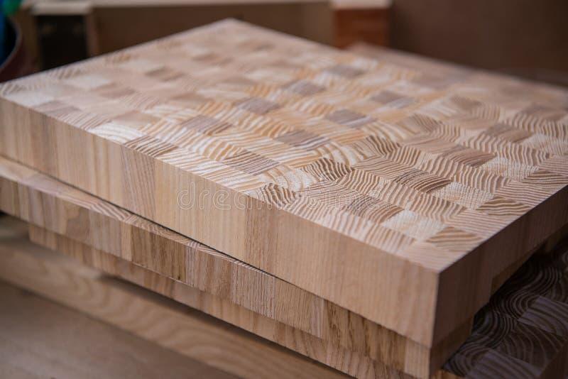 Material de construção de madeira da madeira para o fundo e a textura Fim acima Pilha de barras de madeira Profundidade de campo  fotos de stock royalty free