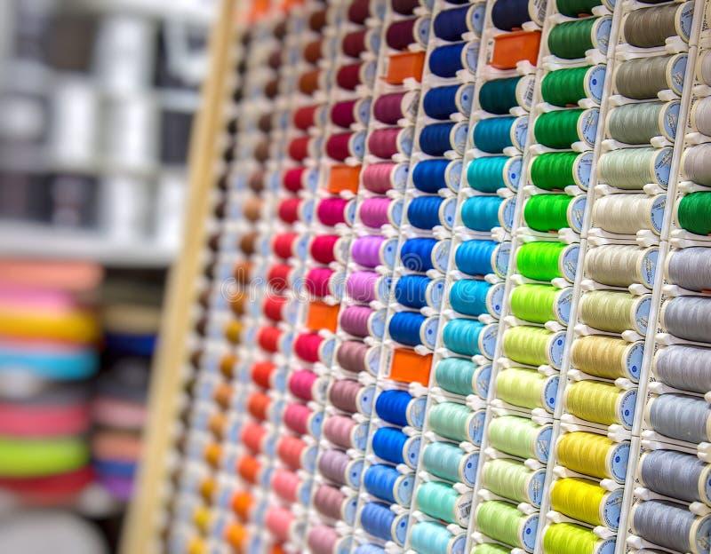 Material de matéria têxtil colorido Rolls da tela fotografia de stock