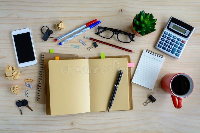 Material de oficina y taza de caf en el escritorio lugar for Material de oficina precios
