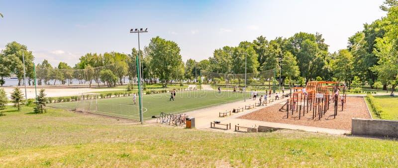 Material desportivo e campo de futebol do futebol imagens de stock