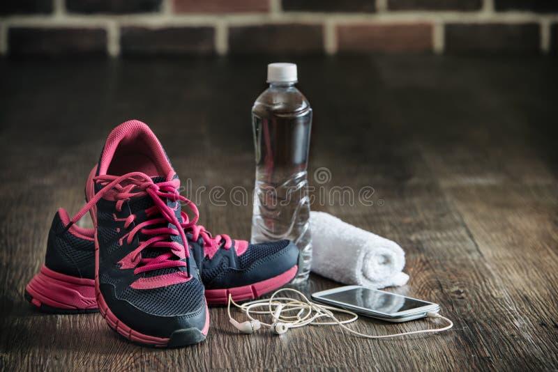 Material desportivo running da aptidão, reboque da música do telefone da água das sapatilhas fotos de stock royalty free