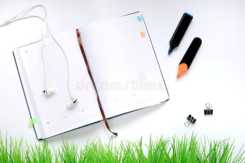 Material do estudo Fundo da educação stationery Aspectos da educação Etiquetas, marcadores, grampos, fones de ouvido e caderno ab fotos de stock