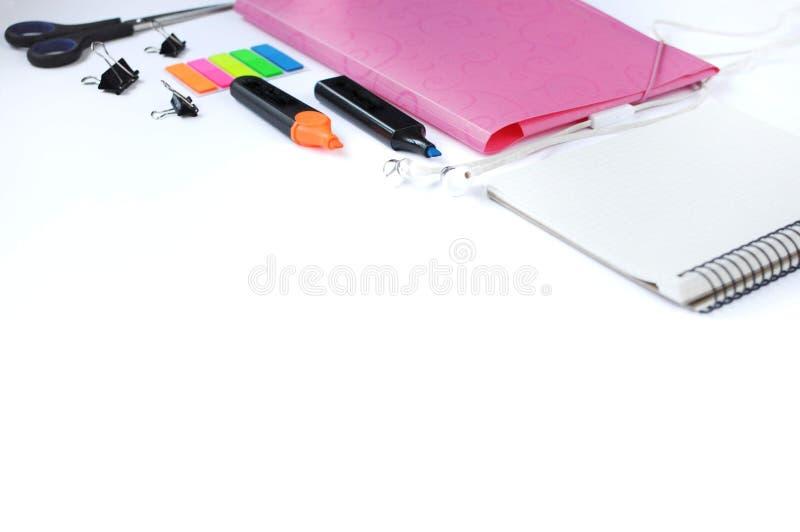 Material do estudo Fundo da educação stationery Aspectos da educação Etiquetas, marcadores, tesouras, dobrador, fones de ouvido,  fotos de stock royalty free