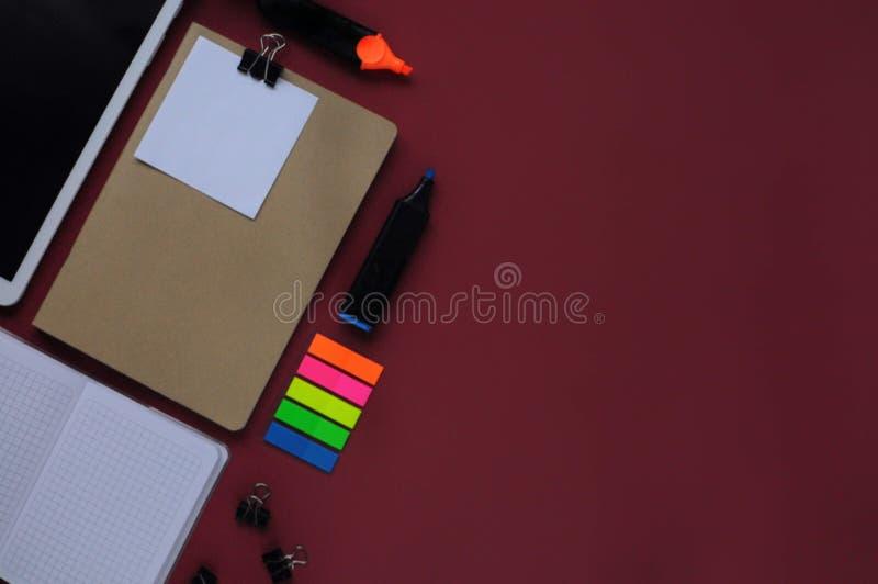 Material do estudo Fundo da educação stationery Aspectos da educação Tabuleta, papéis, marcadores, etiquetas, grampos e caderno a foto de stock