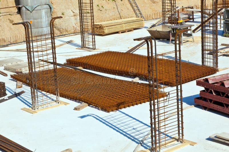Material an einer Baustelle für die Basis eines Hauses stockfotos