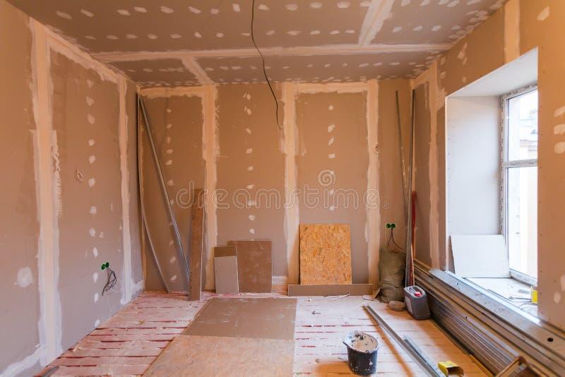 Material för reparationer i en lägenhet är under konstruktion royaltyfri fotografi