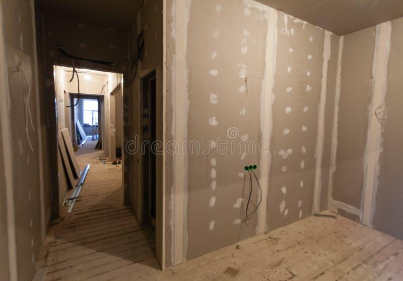 Material för reparationer i en lägenhet är under konstruktion, att omdana, att bygga om och renovering arkivbilder