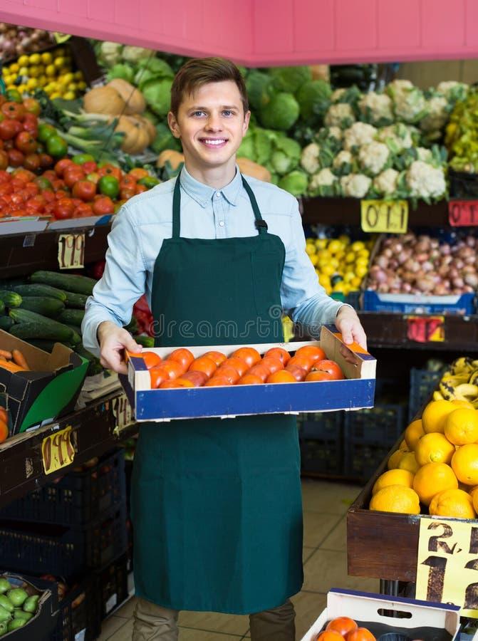 Material i förklädet som säljer söta apelsiner, citroner och tangerin royaltyfria foton
