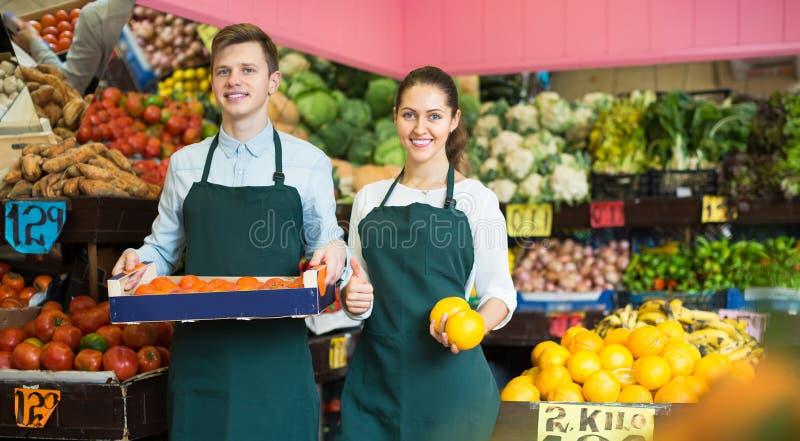Material i förklädet som säljer söta apelsiner, citroner och tangerin arkivfoto