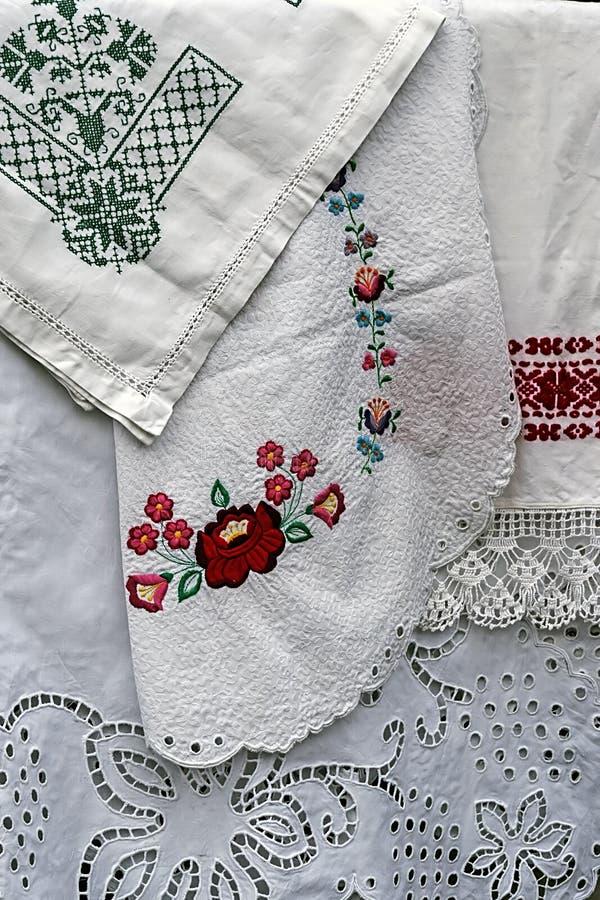 Material och broderad rumänsk traditionell portnärmare detalj 5 royaltyfria bilder