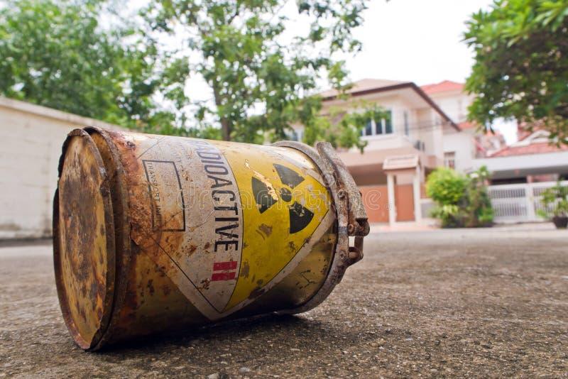 Material radioactivo en la ciudad fotografía de archivo