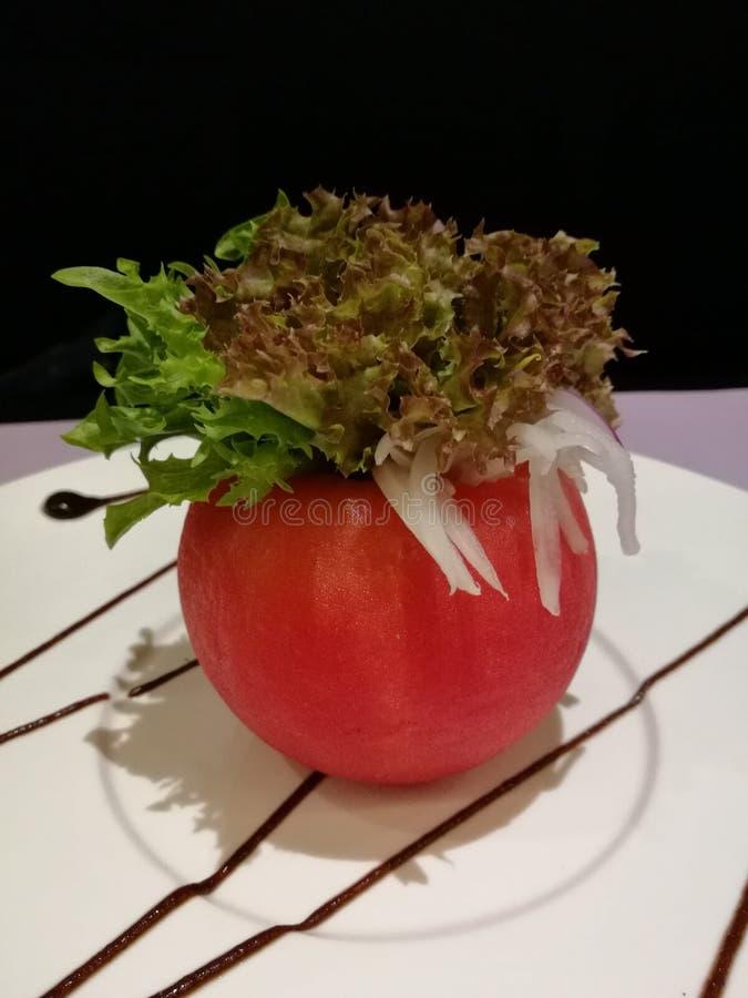 Material saudável da salada do tomate com alface e atum, alimento do estilista, alimento da fusão, fundo preto do isolado imagens de stock