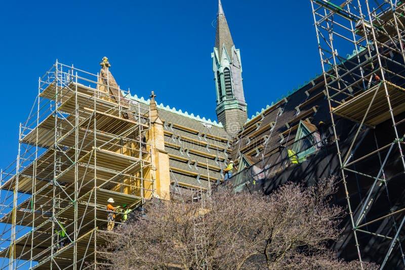 Material till byggnadsställning på förutom den helgonAndrew's katolska kyrkan arkivbild