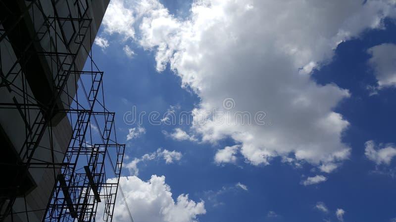Material till byggnadsställning som säkerhetsutrustning på en konstruktionsplats med blått royaltyfria bilder