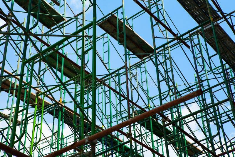 Material till byggnadsställningbeståndsdelar med blå himmel arkivfoton