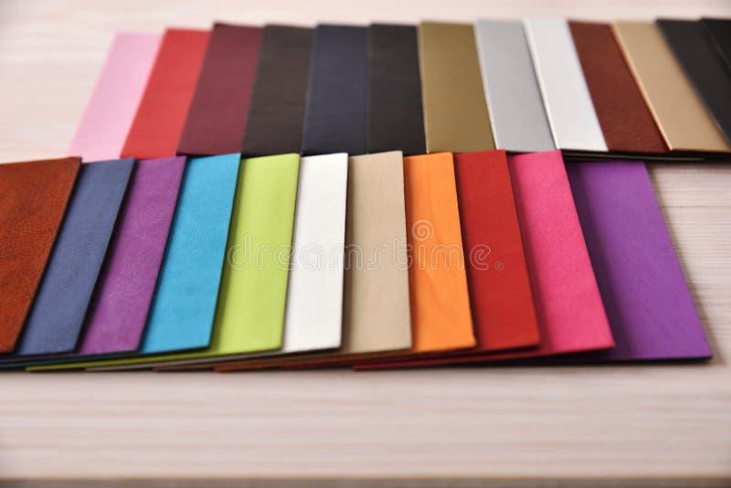 Materialbeschaffenheits- und -farbkarten übersteigen auf Tischplatteansicht stockbild