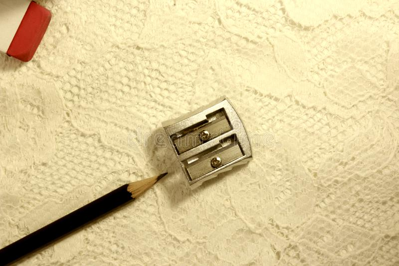 Materiale artista/dell'ufficio Matita, affilatrice e una gomma immagine stock libera da diritti