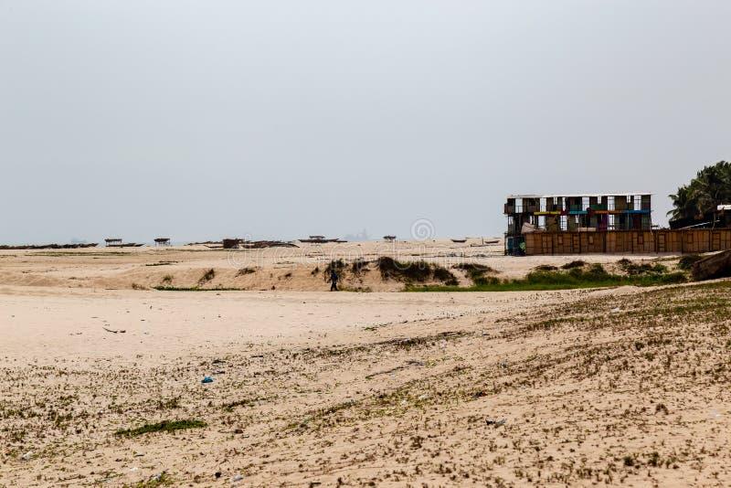 Materiale da otturazione della sabbia di una spiaggia locale in Lekki, Lagos Nigeria immagine stock libera da diritti