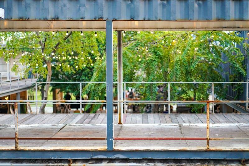 Materiale del contenitore di riutilizzazione costruire e trasformare a spazio ufficio , Bangkok, Tailandia fotografia stock
