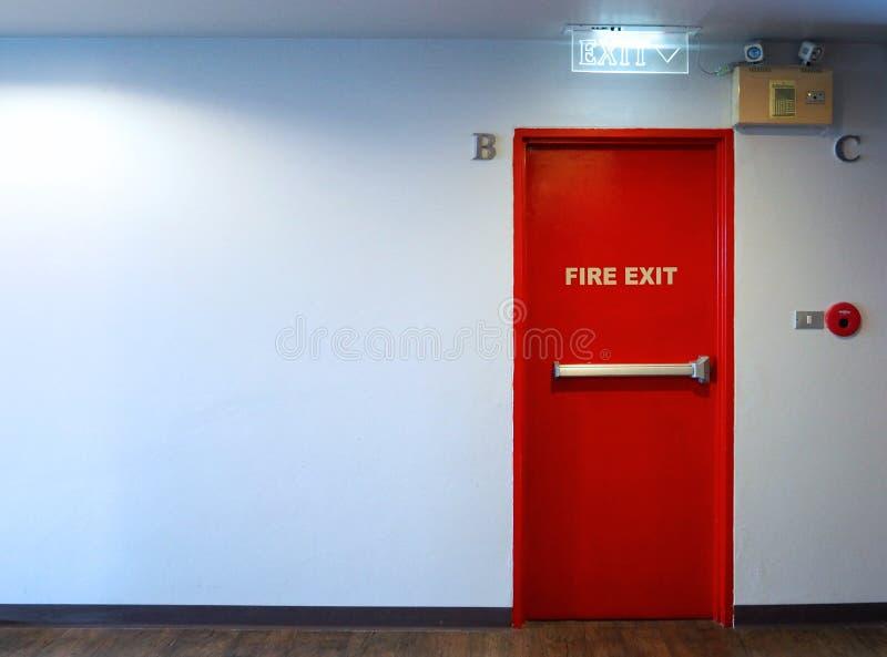 Materiale del metallo di colore rosso della porta di sicurezza dell'uscita di sicurezza immagine stock