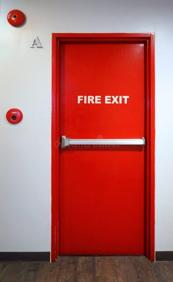 Materiale del metallo di colore rosso della porta di sicurezza dell'uscita di sicurezza fotografia stock