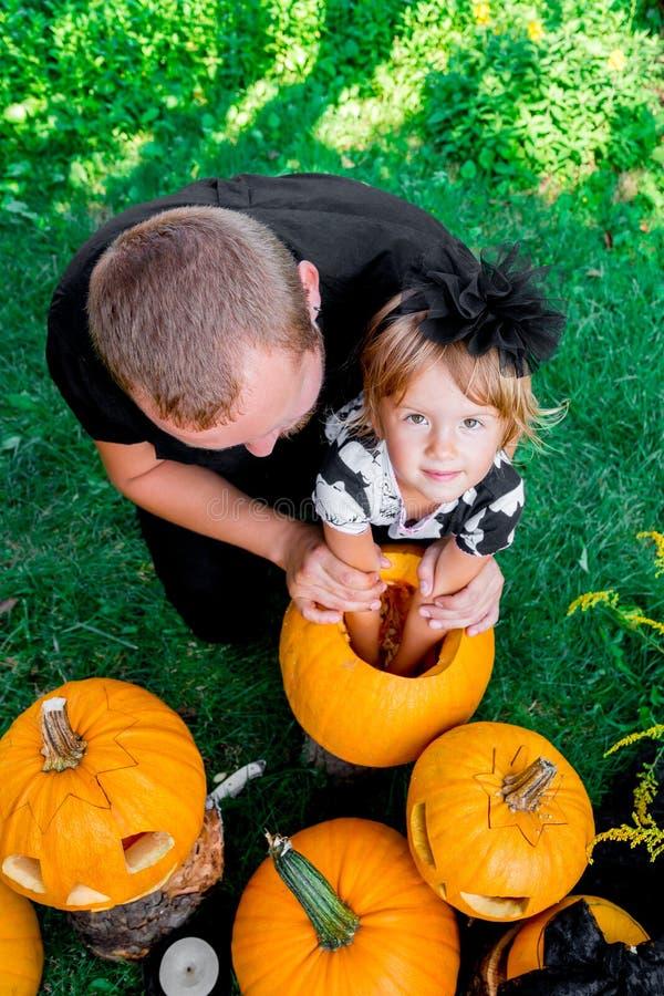 Materiale fibroso dei semi di tirate del padre e del derivato da una zucca prima della scultura per Halloween Prepara la presa-o- fotografie stock libere da diritti