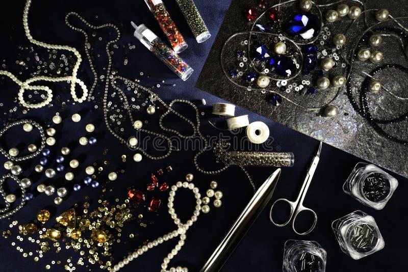 Materialen en componenten voor beadwork op een ambachtdocument achtergrond stock afbeeldingen