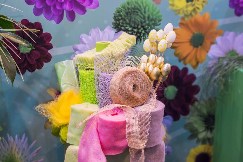 Materialen voor de decoratie van boeketten kaarten voor Pasen, kronen en ambachten van stof wordt gemaakt die royalty-vrije stock afbeelding