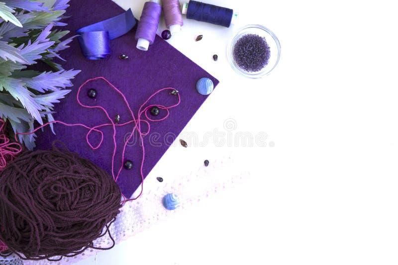 Materialen voor handwerk in violette kleur stock afbeeldingen
