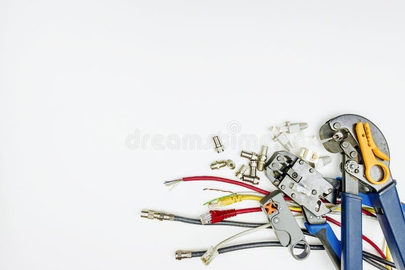 Materiales consumibles y herramientas para la instalación de Internet y del televisi fotos de archivo