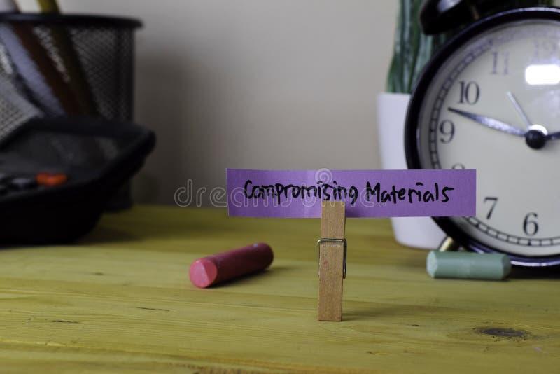 Materiales de compromiso Escritura en notas pegajosas en clavijas de ropa en el escritorio de oficina de madera imagenes de archivo