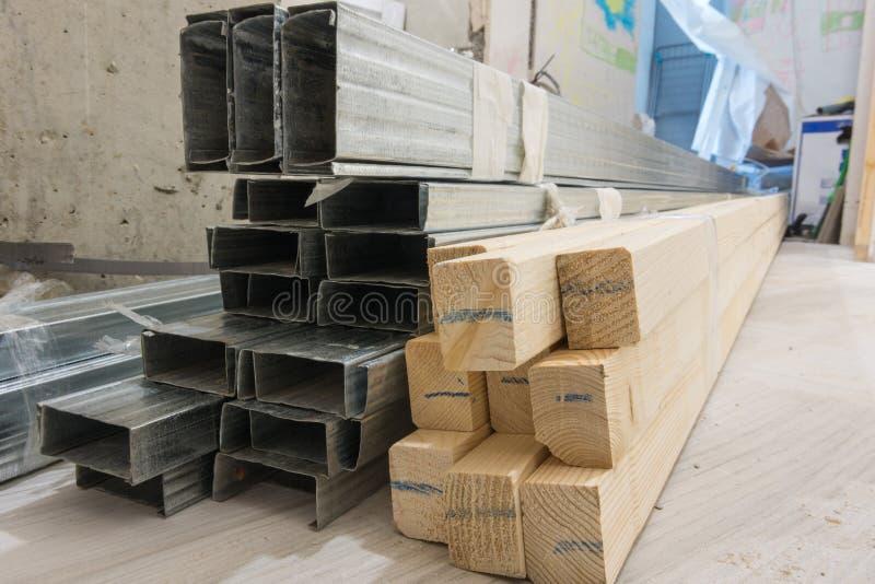 Materiales de construcción - barras de madera y perfiles del metal foto de archivo libre de regalías