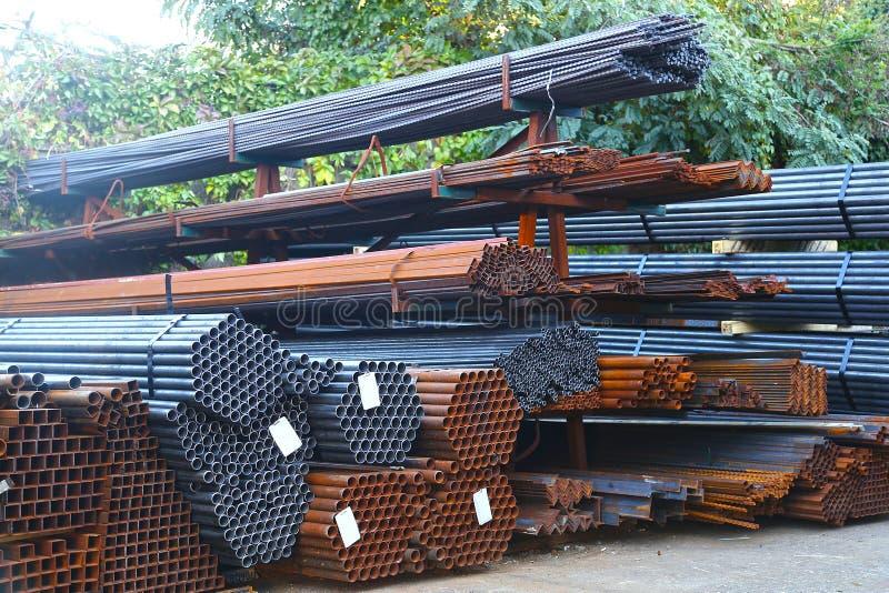 Materiales de construcción del hierro del sitio del trabajo de la construcción imágenes de archivo libres de regalías