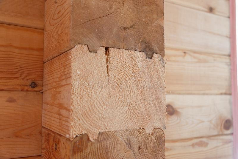 Materiales de construcci?n hechos de la madera Haces pegados Haces de madera en el surco foto de archivo