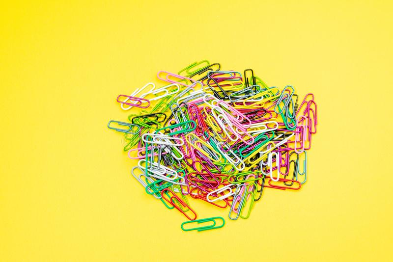 Materiales de oficina del clip de papel del color foto de archivo
