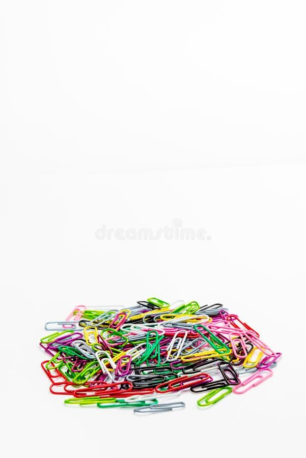 Materiales de oficina del clip de papel del color fotos de archivo