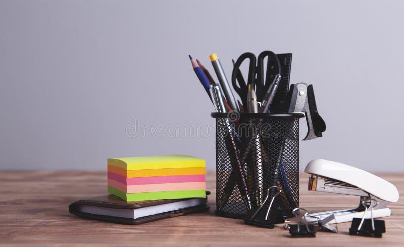 Materiales de oficina en la tabla foto de archivo