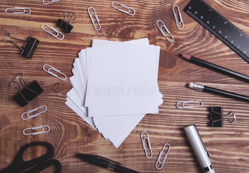 Materiales de oficina en la tabla fotografía de archivo